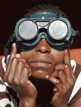 Thiên nhiên có lẽ đã tạo cảm xúc rất lớn cho người phụ nữ Nairobi, Kenya này (Ảnh: AP)