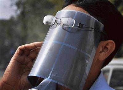 Tại Jharkhand, Ấn Độ, có người bảo vệ mắt, bảo vệ luôn cả mặt (Ảnh: AP)