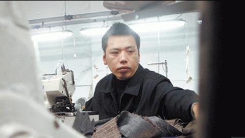 Một công nhân ngành dệt tại Prato, nơi các nhà máy Trung Quốc sản xuất tới 1 triệu sản phẩm mỗi ngày (Ảnh: Corbis, FT)