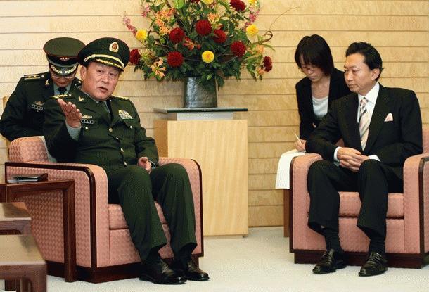 Bộ trưởng Quốc phòng Trung Quốc Lương Quang Liệt gặp thủ tướng Nhật Bản Yukio Hatoyama trước cuộc gặp chính thích tại dinh thủ tướng ngày 27/11/2009 (Ảnh: Getty Images)