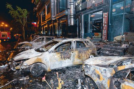 HẢI PHÒNG: Cháy salon ôtô, 8 xe hạng sang bị thiêu rụi.