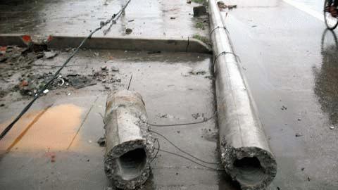 Cột điện bị gãy làm đôi sau khi bị xe hơi đâm vào.