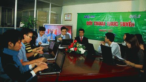Các nhà báo của Báo điện tử Vietnamnet, VTC News đang cùng độc giả đối thoại với các chuyên gia. Ảnh: VTC News.