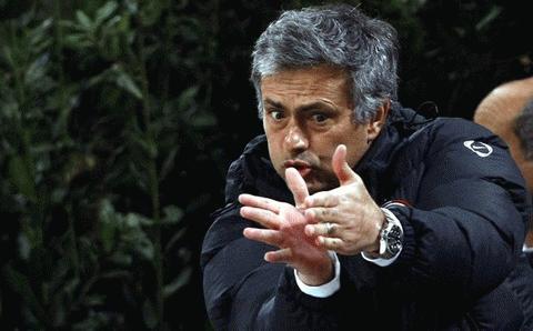 Dù đang chịu án kỷ luật, HLV Mourinho cũng không giữ được bình tĩnh khi các học trò chơi bế tắc. Ảnh: Reuters
