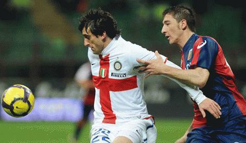 Milito bất lực trước người đồng đội cũ Bocchetti. Ảnh: La Presse
