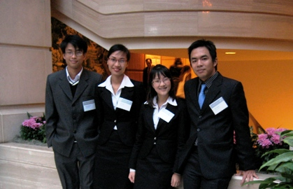 Yến (thứ 2 từ trái sang) và các bạn trong đội tham gia phiên tòa giả định Luật quốc tế Philip C.Jessup tại Mỹ năm 2008