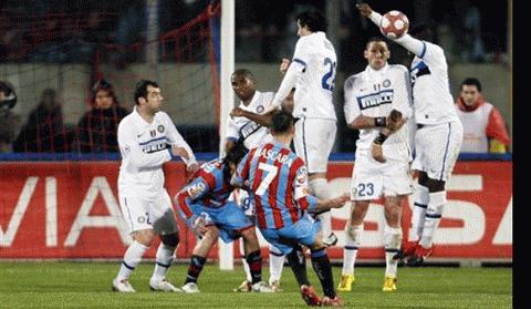 Tình huống đá phạt của Mascara, bóng chạm tay Muntari dẫn đến bàn nâng tỉ số 2-1 cho Catania và Inter chỉ còn 10 người. Ảnh: AP