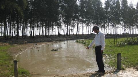 Nước thải của công ty không qua xử lí được thải ra môi trường (ảnh trái) sau khi chảy qua một đoạn mương được đào tạm dòng nước bẩn này đổ thẳng ra biển Thạch Hải (ảnh trái).Ảnh: Hà Vy