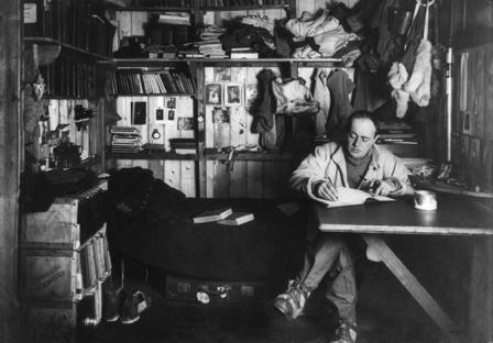 Ông Robert F. Scott đang viết nhật ký trong căn lều gỗ tại mũi đất Evans, Nam cực vào năm 1911. Bên trong căn lều bao gồm giường, phòng thí nghiệm khoa học, bộ bàn ghế, phòng ăn, phòng tối để rửa ảnh và thậm chí có một cây đàn piano. Ảnh: AMNH Library.