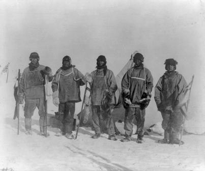 Các thành viên của nhóm thám hiểm Scott: trừ trái qua Edward A. Wilson, thuyền trưởng Robert F. Scott, Edgar Evans, Lawrence Oates, và Henry Robertson Bowers. Ảnh: AMNH.