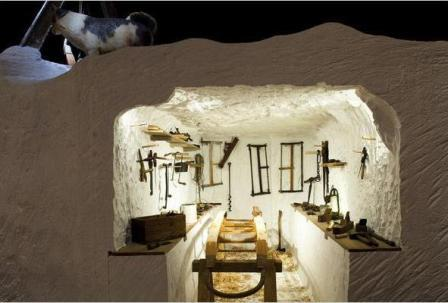 Tái hiện phòng trưng bày đồ vật của đoàn thám hiểm Amundsen được thiết kế lưu thông nhau trong lớp băng Nam cực. Ảnh: Wyatt/The New York Times.