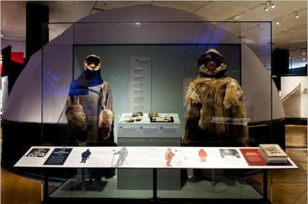 Trang phục thám hiểm Amundsen thường dùng là da hải hẩu (phải) trong khi của Scott chủ yếu là thêu dệt có thể chống chọi được gió rét. Ảnh: Wyatt/The New York Times.