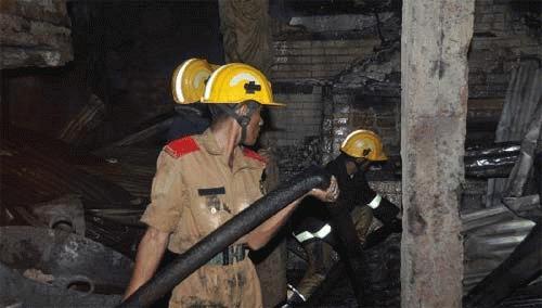 Lính cứu hỏa làm việc tại hiện trường. (Ảnh: THX)