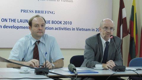 Đại sứ - Trưởng phái đoàn đại diện Liên minh Châu Âu (EU) Sean Doyle (phải). Ảnh: NQ