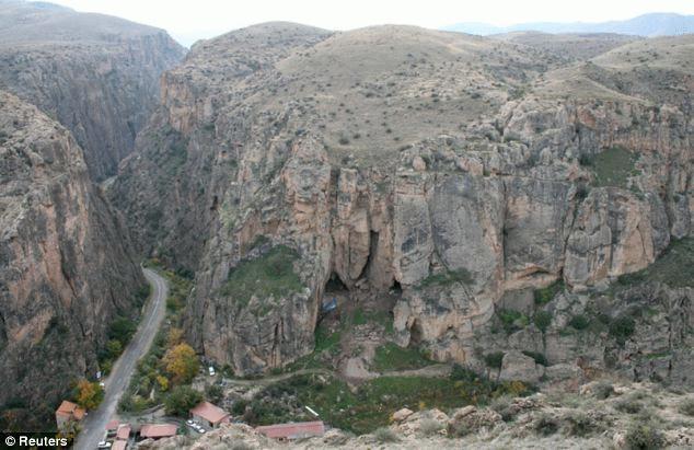 Hang động thuộc biên giới Armenia, nơi tìm thấy chiếc giày cổ. Ảnh: Reuters.