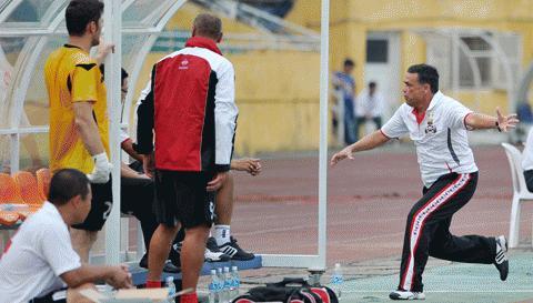 HP.HN ĐT.LA HLV Ricardo nổi giận sau những bàn thua. Ảnh: Đức Anh