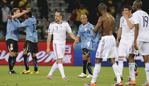 Các cầu thủ Pháp thất vọng nhìn Uruguay giành 1 điểm. Ảnh: Getty Images