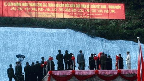 Lễ chào mừng hoàn thành công tác phân giới, cắm mốc biên giới đất liền Việt - Trung năm 2009. Ảnh: VNN