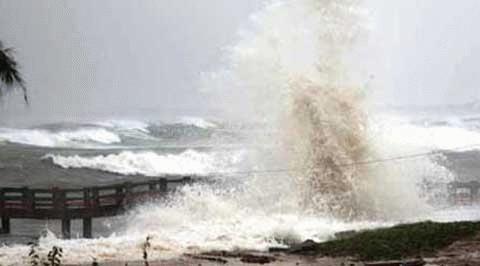 Sóng lớp ập vào bờ ở Wanning, phía nam đảo Hải Nam, Trung Quốc. (Ảnh: THX)