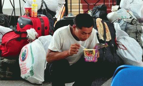 Bão Conson khiến cho dịch vụ vận tải đường thủy và đường không ở Hải Nam bị gián đoạn, khiến nhiều hành khách bị mắc kẹt tại sân bay, bến cảng. (Ảnh: THX)