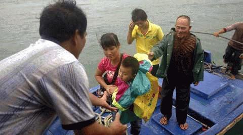 Đi sơ tán tránh bão Conson ở Hải Nam. (Ảnh: China News)