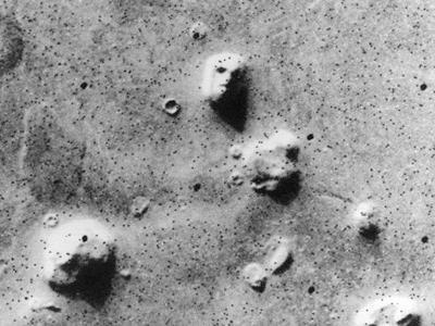 Bức ảnh về khuôn mặt người trên sao Hỏa được chụp bởi tàu vũ trụ Mỹ Viking 1 vào tháng 7/1976. Từ bức ảnh này, con người đã nghĩ ra vô số giả thuyết và cả kịch bản phim ảnh.