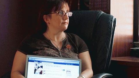 Facebook cho rằng Courtney Purvin nên liên lạc lại với một người bạn, người thực sự đã chết hồi tháng 4.