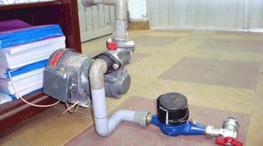 Gắn trực tiếp máy bơm vào đồng hồ nước là sai quy định. Ảnh: Thiên Nga