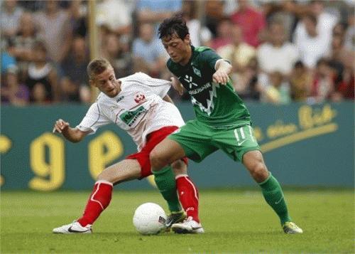 Mesut Oezil (xanh) - tài năng trẻ mới nhất vừa chia tay Bundesliga