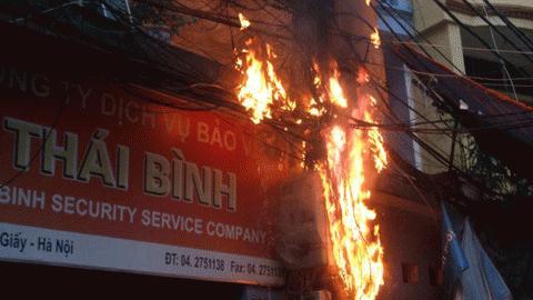 Hà Nội: Cột điện cháy dữ dội giữa mưa to.