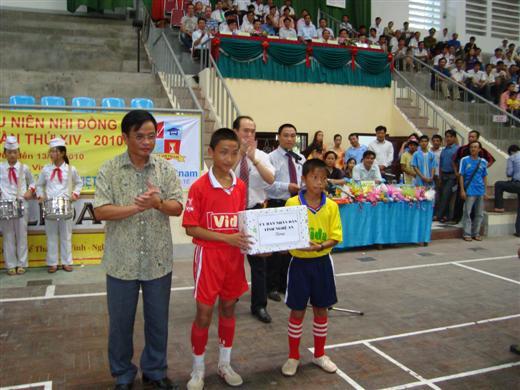 Ông Tô Hồng Hải tặng quà cho các cầu thủ trong lễ khai mạc Giải bóng đá thiếu niên - Nhi đồng Cúp Báo Nghệ An (Ảnh: Congannghean)