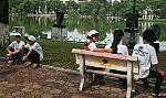 Bị bỏ rơi, người diễu hành vạ vật quanh hồ Hoàn Kiếm