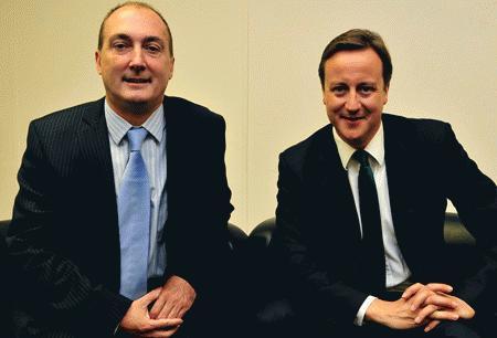Nghị sĩ Mike Weatherley (trái) cùng thủ tướng David Cameron (Ảnh: Mirror)
