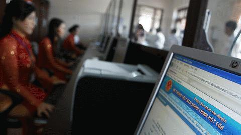 Mỗi quầy làm việc được đặt 1 máy tính, các máy tính tại bộ phận một cửa được nối thông với trụ sở HĐND - UBND huyện để các lãnh đạo, các phòng ban trực tiếp tác nghiệp tại phòng mình.