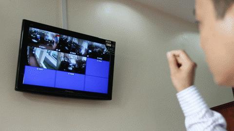 Ngoài ra còn có 4 camera đặt tại phòng làm việc của bộ phận một cửa nối với màn hình đặt tại phòng làm việc của các lãnh đạo huyện nhằm theo dõi phát hiện những trường hợp hạch sách, nhũng nhiễu người dân của các nhân viên tại bộ phận này. 1 camera theo dõi cửa ra vào để đảm bảo an ninh.