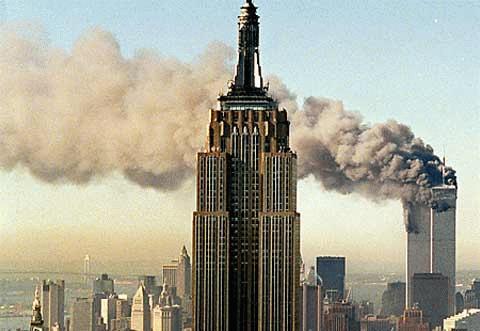 Tháp đôi của Trung tâm Thương mại Thế giới bị tấn công khủng bố ngày 11/9/2001. (Ảnh: AP)