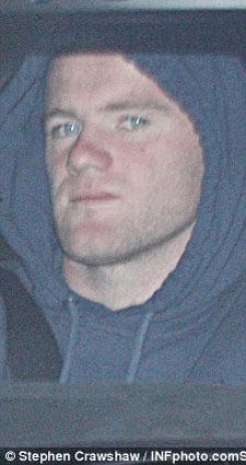 Coleen dời căn nhà tại Liverpool đêm Chủ Nhật vừa qua (trái), trong khi Rooney lái xe về từ sân tập MU.
