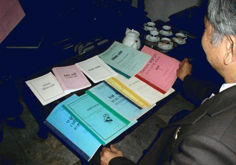 """TS. Vũ Thế Khanh (Liên hiệp UIA) và những tài liệu do các """"siêu nhà khoa học"""" gửi đến."""
