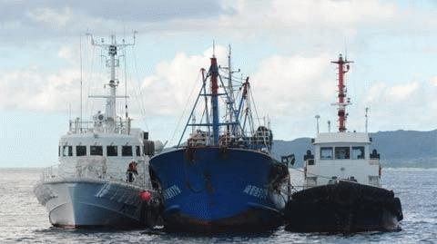 Tàu cá Trung Quốc bị hai tàu tuần tra bờ biển Nhật Bản hộ tống trong khi phía Nhật tiến hành điều tra vụ việc ở đảo Ishigaki, Okinawa. (Ảnh: THX)