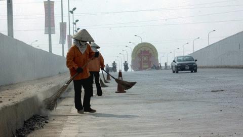 Những công đoạn dọn dẹp cuối cùng đang diễn ra gấp rút chuẩn bị cho ngày chính thức thông xe