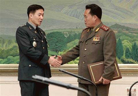 Trưởng đoàn đàm phán Hàn Quốc, Đại tá Moon Sang-Kyun (trái) bắt tay người đồng cấp CHDCND Triều Tiên, Đại tá Ri Shin-kwon tại làng đình chiến Panmunjom ngày 30/9. (Ảnh: AP)