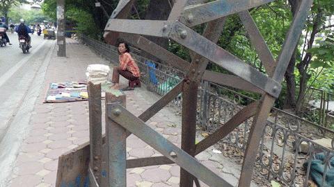 Hà Nội: Cột điện gục giữa phố hàng tháng trời