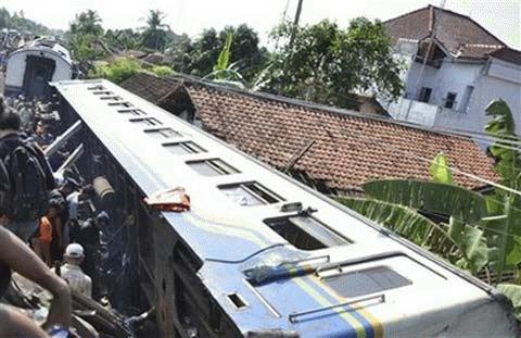 Hiện trường vụ tai nạn tàu hỏa ở sân ga Petarukan. (Ảnh: AP)