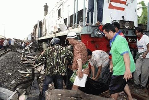 Các nhân viên cứu hộ đang khiêng xác một nạn nhân ra khỏi đống đổ nát. (Ảnh: AP)