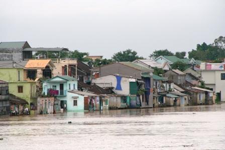 Nhiều khu vực tại Quảng Bình đang bị ngập sâu trong lũ, các tuyến đường bộ và đường sắt bị