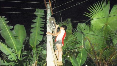 Anh Ngô Mạnh Hùng (xóm 3 xã Phương Mỹ, hương Khê) đang khẩn trương sửa chữa đường dây điện trong đêm tối. Ảnh: Trí Thức.