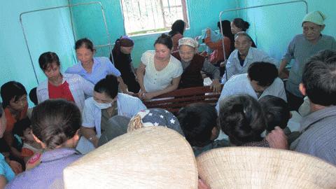 Bị lũ dập, nay người dân Hương Khê lo lắng kéo nhau đi khám chữa bệnh, Ảnh: Trí Thức.