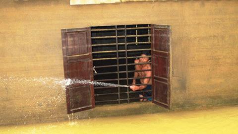 Nước xuống đến đâu người dân Phương Mỹ lại bận rộn làm vệ sinh nhà cửa đến đó. Ảnh: Trí Thức.
