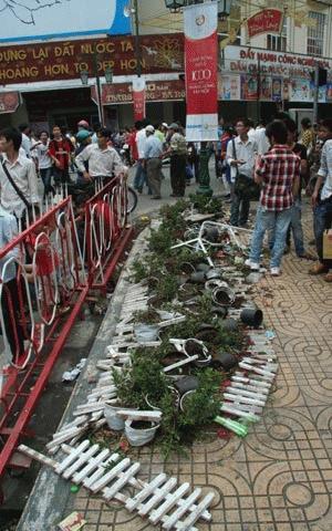 Những bồn hoa tàn bị vứt chỏng chơ trên phố.