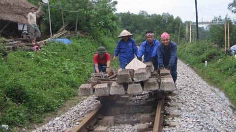 Hàng chục công nhân tại ga Gia Phố (huyện Hương Khê, Hà Tĩnh) đang khắc phục sự cố đường sắt bị hư hỏng. Ảnh: Quốc Huy